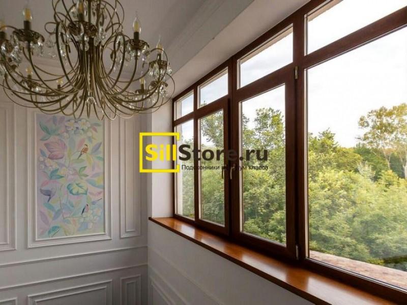 Большое окно с широким подоконником